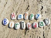 Lycklig födelsedag på kulöra stenbokstäver Royaltyfri Foto