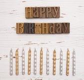 Lycklig födelsedag som stavas i typuppsättning Arkivbilder