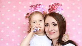 lycklig födelsedag Stående av en ung kvinna och en barnnärbild Familj - modern och dottern spelar tillsammans, skrattet och lager videofilmer