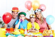 lycklig födelsedagfamilj fotografering för bildbyråer