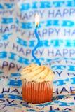 Lycklig födelsedagmuffin med blåttstearinljuset Royaltyfri Bild