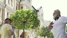 Lycklig förälskad hög pardans i staden lager videofilmer