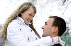 lycklig förälskelse för par utomhus arkivfoton