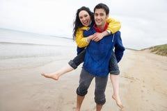 lycklig förälskelse för strandpar Royaltyfri Fotografi