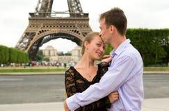 lycklig förälskelse paris för par Royaltyfri Bild