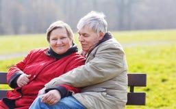 lycklig förälskelsepensionär för par Parkera utomhus Fotografering för Bildbyråer