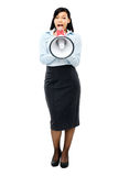 Lycklig för affärskvinna för blandat lopp som hållande megafon isoleras på wh Royaltyfria Bilder