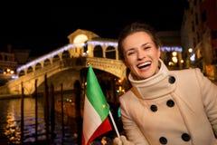 Lycklig för utgifterjul för elegant kvinna tid i Venedig, Italien Arkivfoton