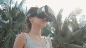Lycklig för virtuell verklighethörlurar med mikrofon för ung kvinna bärande dans arkivfilmer