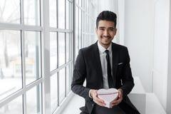 Lycklig företags chef med gåvan i form av hjärta Arkivfoton