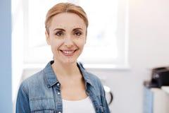 Lycklig förtjust kvinna som gör kosmetisk ansikts- kirurgi Arkivfoton