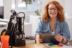 Lycklig förtjust kvinna som har en minnestavla i henne händer Arkivbild