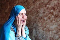 Lycklig förvånad arabisk muslimkvinna