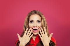Lycklig förvånad flickastående Upphetsad kvinna med den öppnade munnen på färgrik ljus rosa bakgrund sinnesrörelsemodemodell som  royaltyfri bild