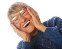 Lycklig förvånad hög kvinna som ser kameran Royaltyfria Bilder