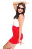 Lycklig förvånad kvinna i den röda klänningen som isoleras på arkivbilder