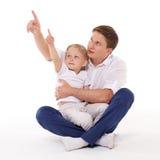 Lycklig fader med den lilla sonen Arkivfoto