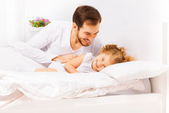 Lycklig fader med gulligt litet spela för dotter royaltyfri foto