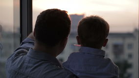 Lycklig fader med hans lilla son nära fönstret stock video
