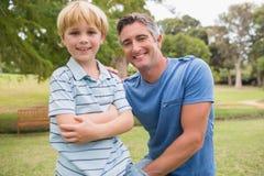 Lycklig fader med hans son på parkera Arkivbilder