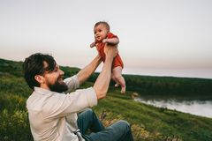 Lycklig fader och att behandla som ett barn utomhus det familjlivsstilfarsan och barnet arkivbilder