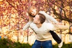 Lycklig fader och barn som tillsammans spenderar tid arkivbilder