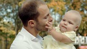 Lycklig fader och dotter i parkera royaltyfria bilder
