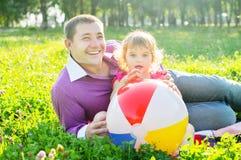 Lycklig fader och dotter på naturen Arkivfoto