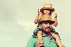 Lycklig fader och dotter som har gyckel tillsammans arkivfoto