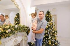 Lycklig fader och gullig dotter med festlig garneringnolla för hänseende royaltyfria bilder