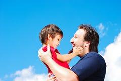 Lycklig fader och hans son Royaltyfria Bilder