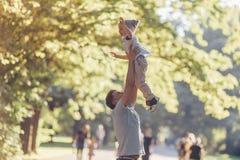 Lycklig fader och lite son utomhus arkivbilder