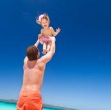 Lycklig fader och litet barn på stranden Royaltyfri Fotografi