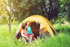 Lycklig fader och son på att campa i sommar tonat Arkivfoton