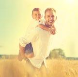 Lycklig fader och son som har gyckel Royaltyfri Foto