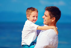 Lycklig fader och son som omfamnar, familjförhållande Arkivbilder