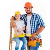 Lycklig fader och son som är klara att reparera ett hus Royaltyfri Fotografi