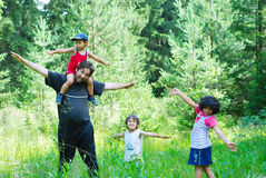 Lycklig fader och tre barn Royaltyfria Bilder