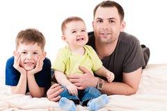 Lycklig fader och två söner Arkivbilder