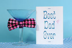 Lycklig faderdag bästa farsa någonsin, hälsningkort med blått martini exponeringsglas Royaltyfri Foto