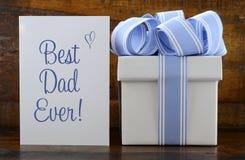 Lycklig fadergåva med den blåa och vita gåvan på wood bakgrund arkivfoto