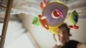 Lycklig faderlek med behandla som ett barn i lathundungepunkt av sikten arkivfilmer