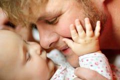 Lycklig faderLoving Newborn Baby flicka Royaltyfri Foto