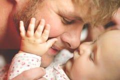 Lycklig faderLoving Newborn Baby flicka Royaltyfri Fotografi