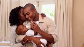 Lycklig fadermatning behandla som ett barn sonen med modern