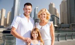 Lycklig familj över bakgrund för dubai stadsgata fotografering för bildbyråer
