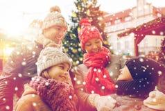 Lycklig familj över stadsjulträd och snö Royaltyfri Foto