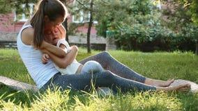 Lycklig familj av den unga sportiga modern och lilla gulliga dottern som har roligt utomhus arkivfilmer