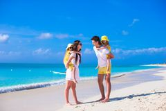 Lycklig familj av fyra på karibisk feriesemester Arkivfoton