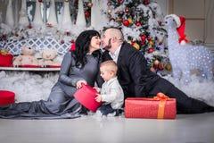 Lycklig familj av mamman för öppen gåva för jul den gravida royaltyfri bild